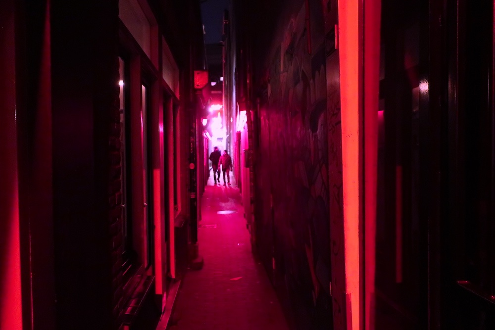 narrow alley amsterdam