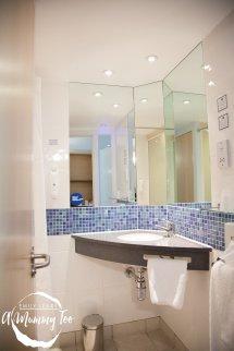 Holiday Inn Express Room Bathroom