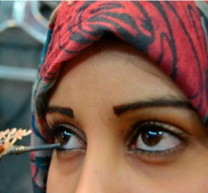 Applying Kohl, google image  How To Have Beautiful Eyes In Accordance With The Sunnah Of The Prophet (SAW) get img1