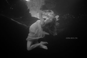 underwater maternity session in dallas with arden by dallas wedding photographer amy karp (13)