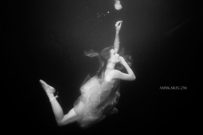 underwater maternity session in dallas with arden by dallas wedding photographer amy karp (4)