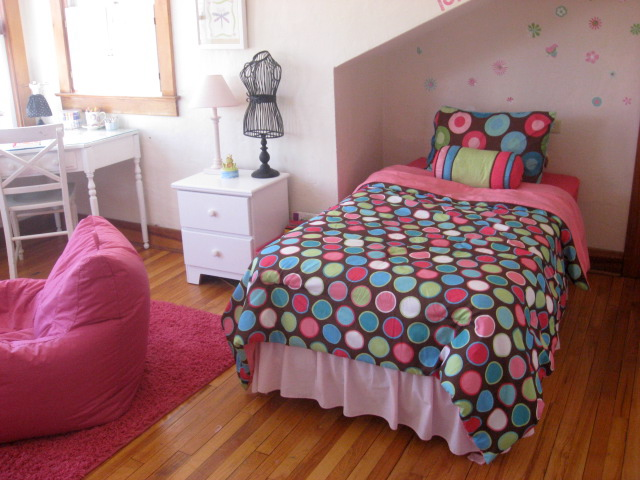 Pink and brown room