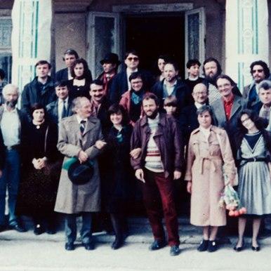 Intre Mihai Ursachi si Lucian Vasiliu in mijlocul prietenilor si colegilor ieseni de Buna Vestire