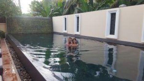 Baño en la piscina del hotel