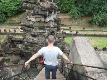 Bajando escaleras del Templo