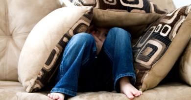 مشاكل البيت خطيرة جداً على الأطفال . وهاهي أخطارها