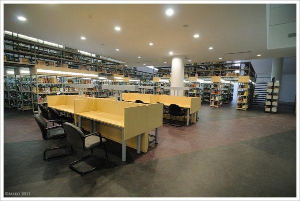 Tempat membaca di perpustakaan UI