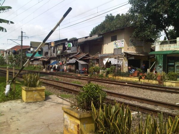 Sesuai dengan namanya, Barel emang dekat dengan rel kereta antara Pocin dan UI via robincorba