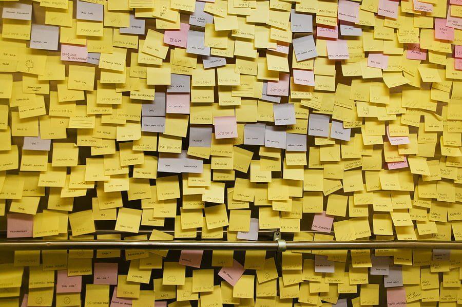 Kamu bisa memanfaatkan sticky note untuk mencorat-coret membuat mini-draft skripsi kamu via