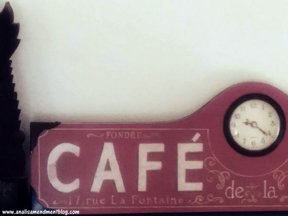 Cafe clock showing the hour.