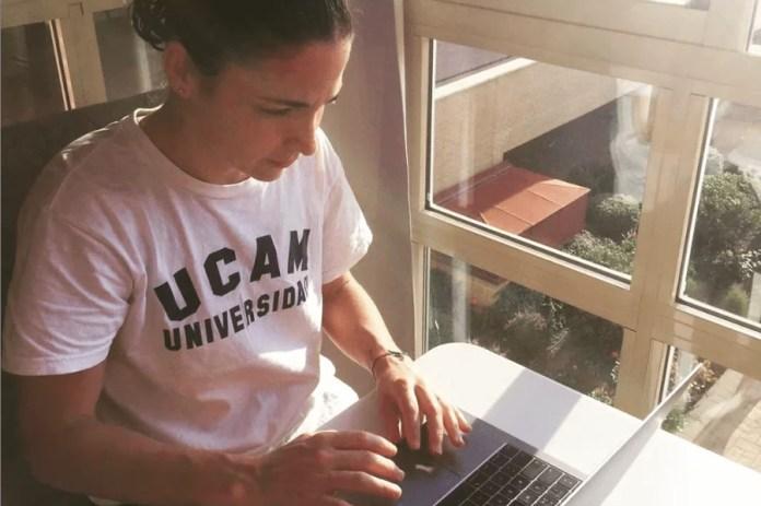 Eli Amatriaín escribiendo en el portátil