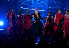 "Pink dejó boquiabierta a la audiencia con su interpretación en vivo de ""Just like Fire"". Foto: AFP"