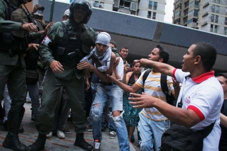 Algunos manifestantes fueron repelidos por los efectivos de seguridad y grupos de simpatizantes del gobierno/ Foto: Alexandra Blanco
