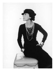Coco Chanel con un clásico vestido negro