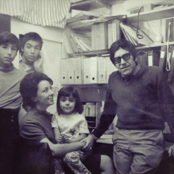 El artista plástico Carlos Cruz-Diez y su familia