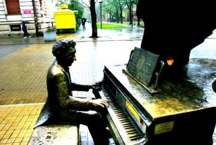 Escultura en honor al pianista Arthur Rubinstein en Lodz, Polonia