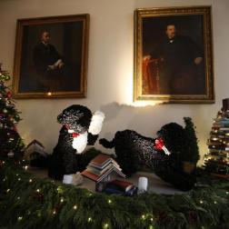 Versión mecánica de los perros Bo y Sunny del presidente Barack Obama, parte de la decoración navideña en la Casa Blanca 2013