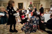 La primera dama de los Estados Unidos, Michelle Obama (c-d), recibe a los hijos de los militares invitados a la Casa Blanca para ver las decoraciones navideñas de 2016 en Washington, DC (Estados Unidos), martes 29 de noviembre de 2016. La mayoría de la decoración fue diseñada por Rafanelli Eventos y realizada por 92 voluntarios de todo el país/ Foto: EFE