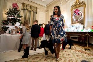 La primera dama de los Estados Unidos, Michelle Obama (c), se prepara para hacer decoraciones navideñas junto a las familias de los militares invitados a la Casa Blanca para ver las decoraciones navideñas de 2016 en Washington, DC (Estados Unidos), martes 29 de noviembre de 2016. La mayoría de la decoración fue diseñada por Rafanelli Eventos y realizada por 92 voluntarios de todo el país/ Foto: EFE