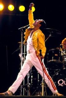 Freddie Mercury tenía sida pero se negaba a aceptarlo en público. Según su última pareja, Jim Hutton, lo habría contraído en 1987