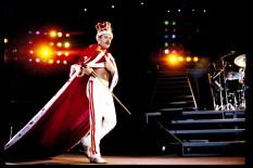 """El cantante hizo famoso el """"atril cortado"""" que usaba. La invención ocurrió por accidente cuando en un concierto Freddie jaló el micrófono y el atril se salió de su base, quedándose sólo con la mitad, cosa que le permitió moverse libremente por el escenario, cosa que le gustó tanto que decidió usarlo de esa manera siempre."""