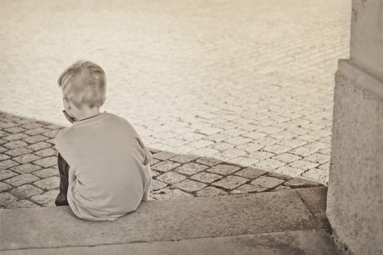 Niño triste abandonado