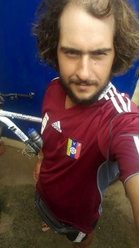 """""""No encontré otra manera más grande para un uruguayo, que ponerse otra camiseta que no sea de LA CELESTE. He aquí entonces va mi agradecimiento a Venezuela, portando la VINOTINTO. Ahora estás en mi corazón y sobre mi piel"""""""