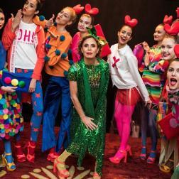 """La diseñadora española Agatha Ruiz de la Prada (c) posa con modelos luego de presentar su colección otoño/invierno 2017 el martes 14 de febrero de 2017, en la """"Uptown Fashion Week"""", el evento paralelo a la Semana de la Moda de Nueva York, en el barrio de Hell's Kitchen en Nueva York (EE.UU.). Como de costumbre, su propuesta destacó por la combinación única de formas, texturas y contrastes cromáticos, con diseños de diversos granajes, lisos y estampados con grandes brocados de estrellas y corazones/ Foto: EFE"""