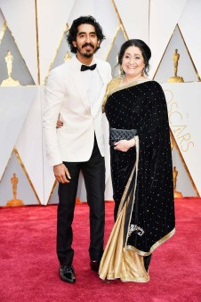 Dev Patel (I) and Anita Patel (D) en la alfombra roja de la edición 89 de los premios Óscar en Hollywood, California/ Foto: Getty Images