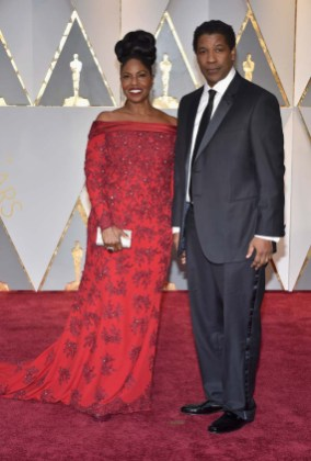 Denzel Washington (D) y Pauletta Washington (I) aen la alfombra roja de la edición 89 de los premios Óscar en Hollywood, California/ Foto: Getty Images