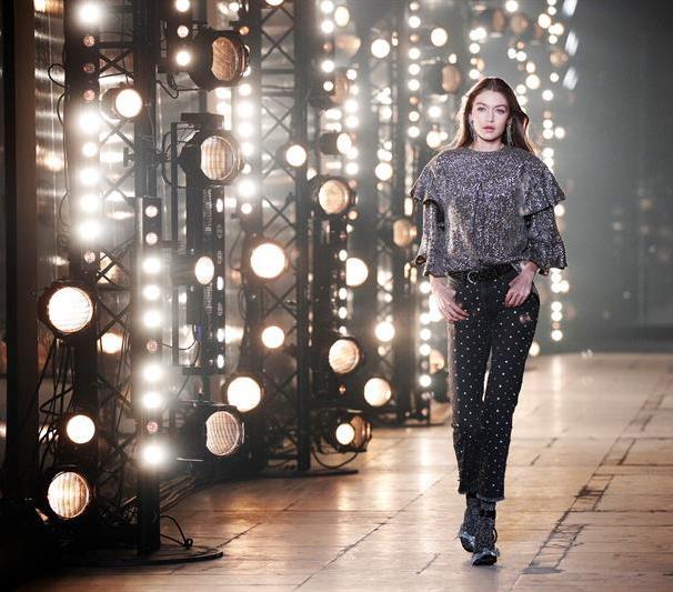 Una modelo desfila con una creación de la diseñadora francesa Isabel Marant, para la temporada Otoño-Invierno 2017/18, durante la Semana de la Moda de París el jueves 2 de marzo de 2017, en París (Francia). Las colecciones femeninas de la temporada se presentarán hasta el 7 de marzo de 2017/ Foto: EFE