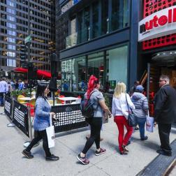 """Antes de la apertura del local, los amantes de la crema y otros formaron una larga fila en las afueras del local ya que la oferta incluía un """"tratamiento especial"""" a los primeros 400 clientes en entrar/ Foto: EFE"""