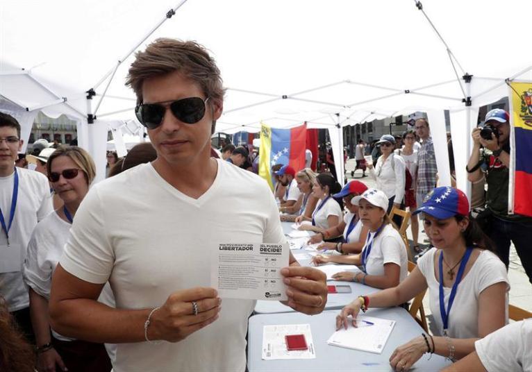 El cantante venezolano Carlos Baute acude este domingo 16 de julio a la madrileña Puerta del Sol donde se ha instalado uno de los puntos de votación para la consulta popular convocada por la Asamblea Nacional venezolana/ Foto: EFE