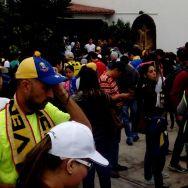 Venezolanos llegaron desde tempranas horas a uno de los dos puntos soberanos dispuestos en Lima, Perú/ Foto: Carla Michelotti