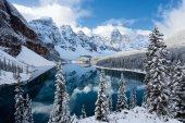 La cordillera de las Rocosas exhibe en tierras canadienses los lagos, cañones y bosques más espectaculares. El Parque Nacional Banff, junto a la ciudad de Calgary, reúne los elementos característicos de este paisaje en un área de 6.641 km2. Los lagos Moraine, Louise y Minnewanka, con las montañas reflejándose en su espejo de agua, son los grandes reclamos de esta reserva/ Foto: Gavin Hellier - Age Fotostock