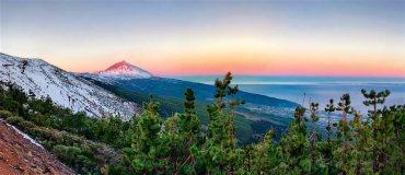 El volcán canario emerge sobre el mar de nubes que cubre el norte de Tenerife. Rodeado por un paisaje de matorral, rocas y lavas de distinto color según su antigüedad, el Teide (3.718 m) es el protagonista absoluto del parque nacional que lleva su nombre. La ascensión a la cumbre puede realizarse a pie en seis horas o en menos de una hora si se sube en el teleférico hasta los 3.555 m./ Foto: Vicente R. Bosch