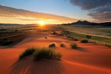 La llanura salada de Etosha es, vista desde el espacio, una gran mancha blanca en el norte de Namibia. Sus 4.800 km2 abarcan una de las reservas con más biodiversidad de África. Esta enorme hondonada es el hogar del escaso rinoceronte negro, elefantes, leones, jirafas y 350 especies de aves que alcanzan su mayor concentración durante la época de lluvias, de noviembre a abril/ Foto: Hougaard Malan - Age Fotostock