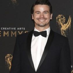 El actor estadounidense Jason Ritter posa a su llegada a la ceremonia de entrega de los premios Emmy a las Artes Creativas celebrada en Los Ángeles