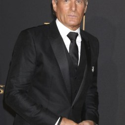 El cantante Michael Bolton posa a su llegada a la ceremonia de entrega de los premios Emmy a las Artes Creativas celebrada en Los Ángeles