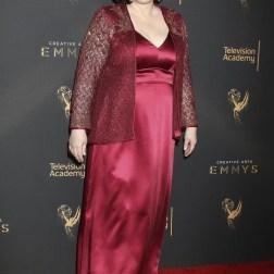 La actriz estadounidense Delta Burke posa a su llegada a la ceremonia de entrega de los premios Emmy a las Artes Creativas celebrada en Los Ángeles