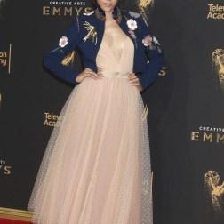 La actriz estadounidense Mishel Prada posa a su llegada a la ceremonia de entrega de los premios Emmy a las Artes Creativas celebrada en Los Ángeles