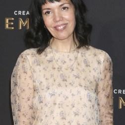 La presidenta de BBC América Sarah Barnett posa a su llegada a la ceremonia de entrega de los premios Emmy a las Artes Creativas celebrada en Los Ángeles