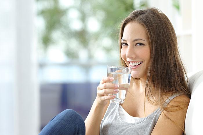 Toma suficiente agua para lucir saludable y sexy