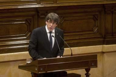 El presidente de la Generalitat, Carles Puigdemont (c) tras su discurso ante el pleno del Parlament donde esta tarde compareció para explicar la situación política / EFE