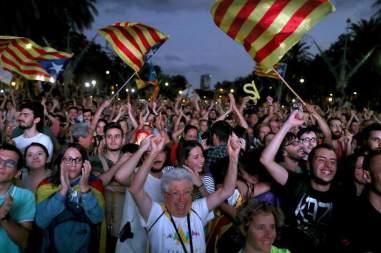 Vista de la concentración convocada esta tarde en las inmediaciones del Parlamento de Cataluña, para seguir a través de una gran pantalla la comparecencia del presidente de la Generalitat / EFE