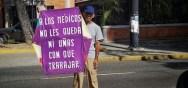 """Rafael Araujo, conocido como el """"señor del papagayo"""" en una manifestación para apoyar a los trabajadores del sector de la slaud/Foto: Costa del Sol FM"""