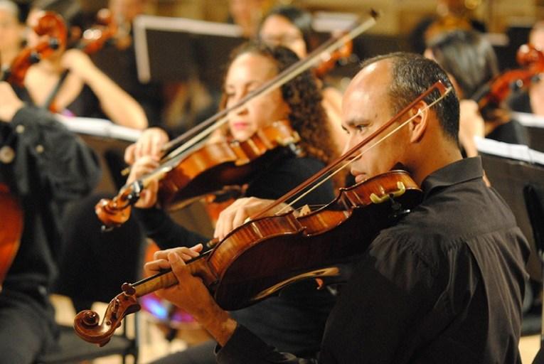 La Orquesta Filarmónica Nacional este año celebra 30 años, difundiendo como propósito fundamental; el repertorio sinfónico de autores venezolanos y latinoamericanos y es el principal cuerpo artístico de la Fundación Compañía Nacional de Música FCNM