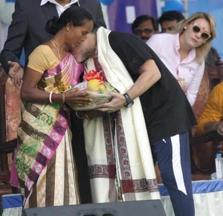 El exfutbolista argentino Diego Armando Maradona (c) saluda a una paciente de cáncer durante un evento en Calcuta (India) / Foto: EFE