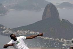 BRA04. RÍO DE JANEIRO (BRASIL), 23/10/2012.- El atleta jamaicano y medallista olímpico Usain Bolt visita el monumento del Cristo Redentor con el cerro Pau de Azúcar de fondo hoy, martes 23 de octubre de 2012, en la ciudad de Río de Janeiro (Brasil). EFE/Antonio Lacerda