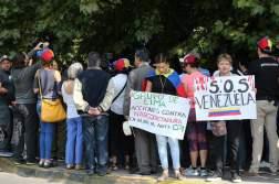 Ciudadanos venezolanos residentes en Chile se manifiestan en contra del Gobierno del presidente venezolano, Nicolás Maduro, a las afueras del hotel donde se realiza la reunión del Grupo de Lima hoy, martes 23 de enero de 2018, en Santiago (Chile)/ Foto: EFE